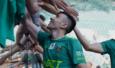 حرفهای فرشاد احمدزاده موج عجیب و غریبی علیه این بازیکن در فضای مجازی به راه انداخت و طرفداران پرسپولیس علیه او جبهه گرفتند و شروع به فحاشی کردند.