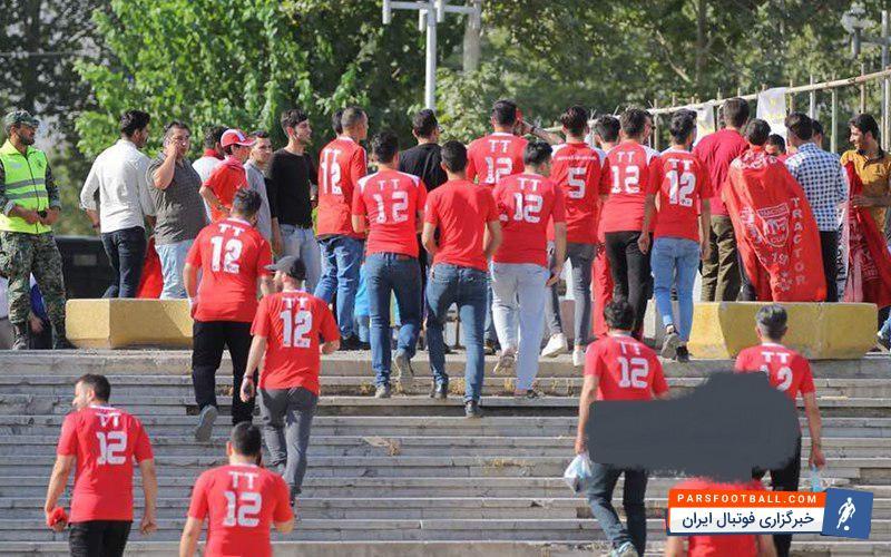 هواداران تراکتورسازی روز جمعه استقبال پرشوری از دیدار با استقلال داشتند هواداران تراکتورسازی خیلی زود در ورزشگاه حاضر شدند تا از تیم خود حمایت کنند.
