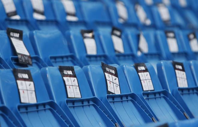 برنابئو-عکس؛نصب راهنمای VAR بر روی صندلی های سانتیاگو برنابئو