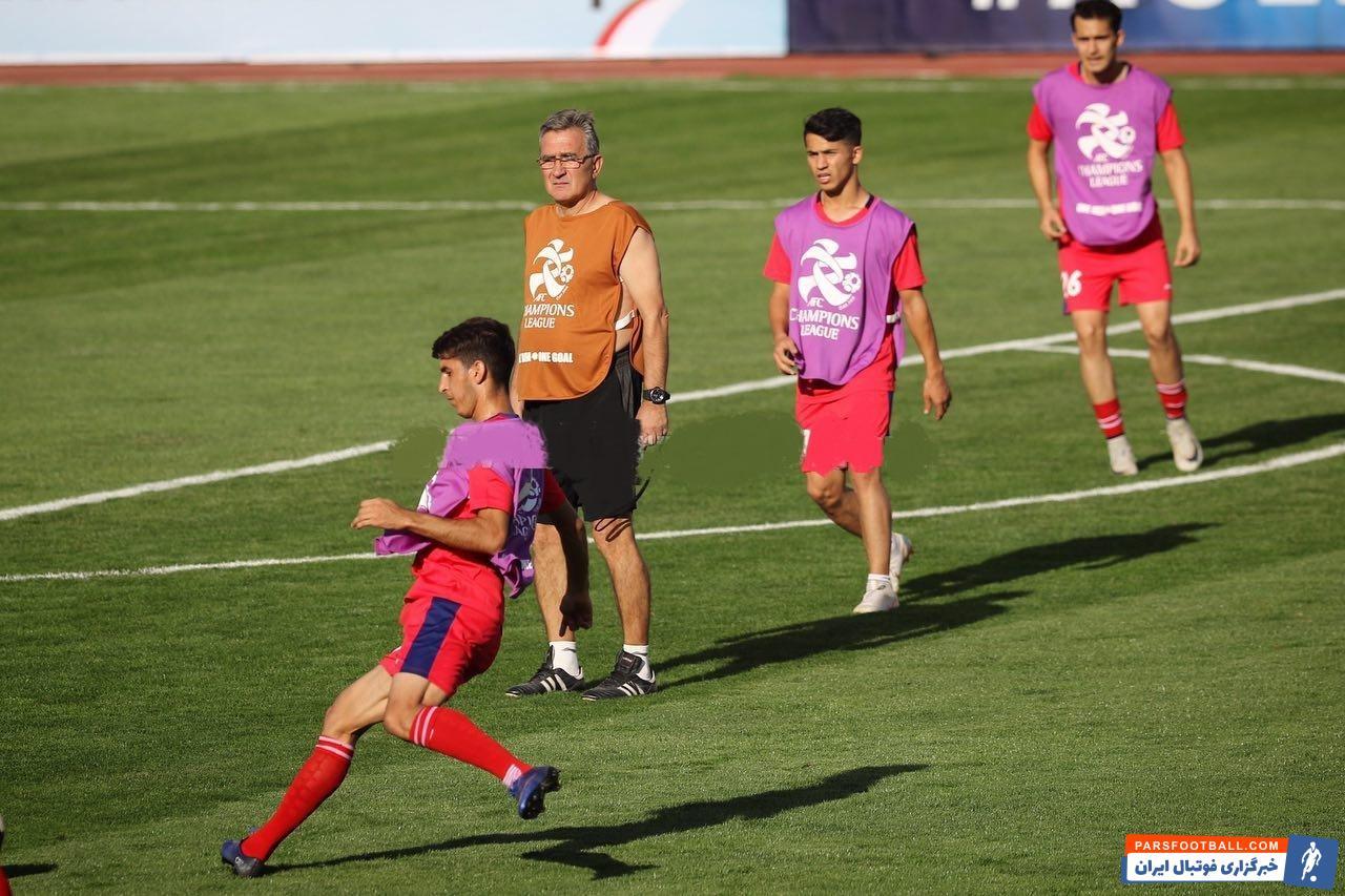 برانکو سرمربی تیم پرسپولیس است برانکو  با ظاهری متفاوت نسبت به قبل و پا به پای بازیکنان تیمش در آخرین تمرین پیش از بازی مقابل الدحیل حاضر شد.
