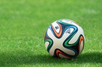 توپ فوتبال - بر اساس تحقیق رسانههای انگلیس منسیتی ار فصل 2010 تا کنون بیشترین هزینه را برای جذب بازیکنان مورد نظر مربیان خود هزینه کرده است و پس از آن چلسی و بارسلونا.