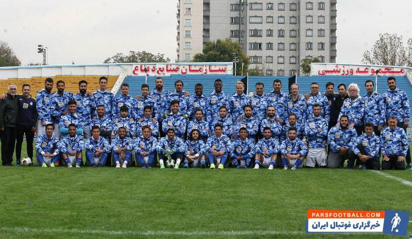 استقلال علی کریمی شفر بعد از صحبت های خود بازیکنان را جمع کرد وینفرد شفر از آنها خواست با لباس های جدید خود در کنار کادرفنی عکس یادگاری بگیرند.