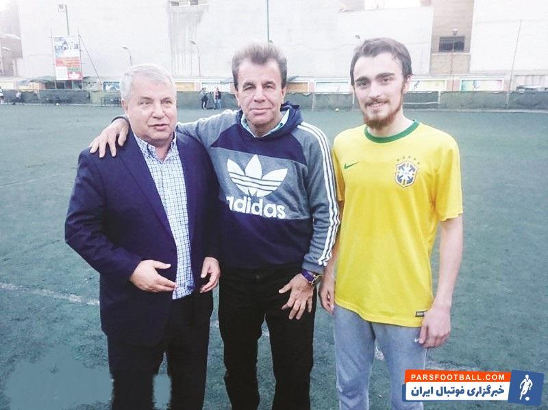 سید احمد خمینی دیروز در استادیوم شهدای طرشت حاضر شده و دقایقی را کنار علی پروین و رفقای پرسپولیسیاش بازی کرد و عکس یادگاری با علی پروین گرفت.
