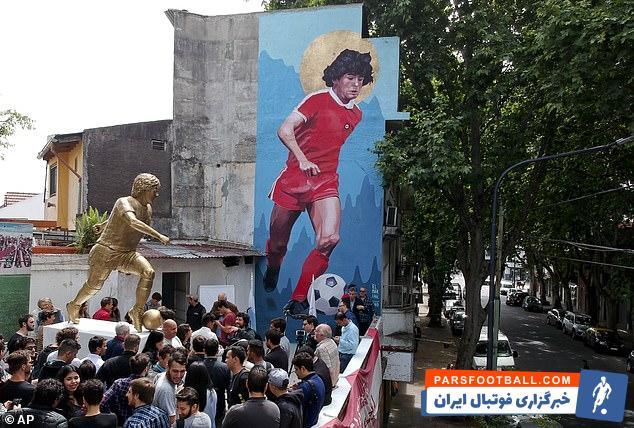 مردم آرژانتین تولد مارادونا را جشن گرفتند مجسمه در نزدیکی باشگاه  جونیورز در  جایی که مارادونا فوتبال خود را آغاز کرد واقع شده است.