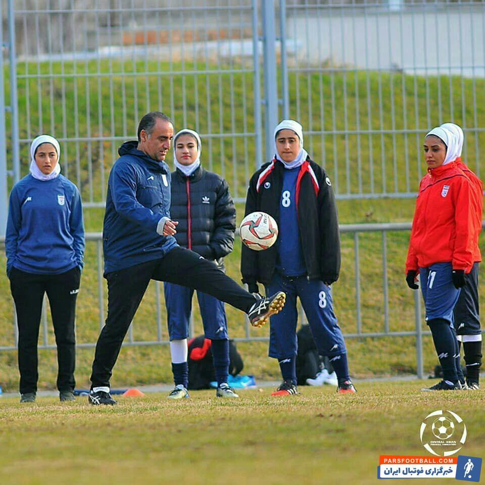 حسین عبدی در تمرین تیم ملی فوتبال بانوان ایران در ازبکستان به یاد دوران جوانی پا به توپ شده است حسین عبدی مشغول روپایی زدن است.