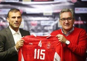 اهدای پیراهن شماره ۱۱۵ به سید جلال حسینی به بهانه خداحافظی از بازی های ملی