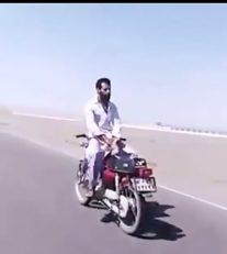 موتور سواری از نوع برعکس در خیابان