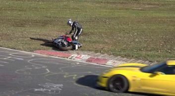 کلیپی از حوادث مختلف در مسابقه میان موتورها و ماشین های مسابقه در پیست
