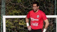 براوو سنگربان تیم فوتبال شیلی از سوی هم تیمی هایش به عنوان خائن خطاب شد