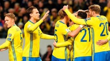 شادی جنجالی بازیکنان تیم سوئد که باعث خراب شدن دکور یورو اسپورت شد