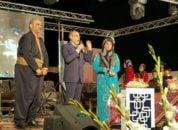 خیابانی در کرمانشاه با لباس محلی حضور یافت و در جشن شب یلدا شرکت کرد