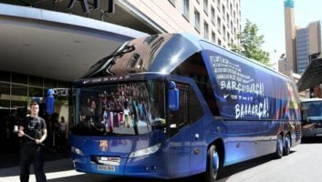 سیل حملات هواداران والنسیا به اتوبوس بارسلونا