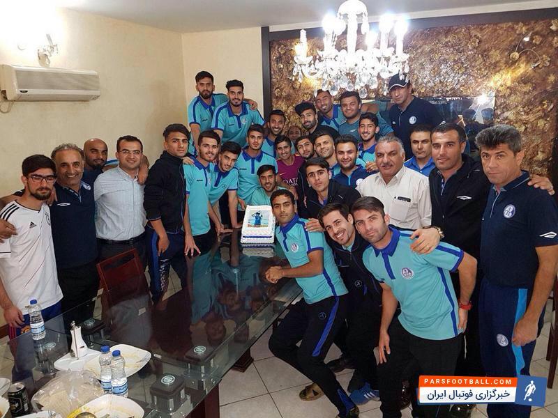 اردوی تیم استقلال خوزستان پیش از انجام بازی با فولاد خوزستان شاهد جشن تولد کوچکی برای محمدامین آرامطبع بازیکن سابق پرسپولیس بود.