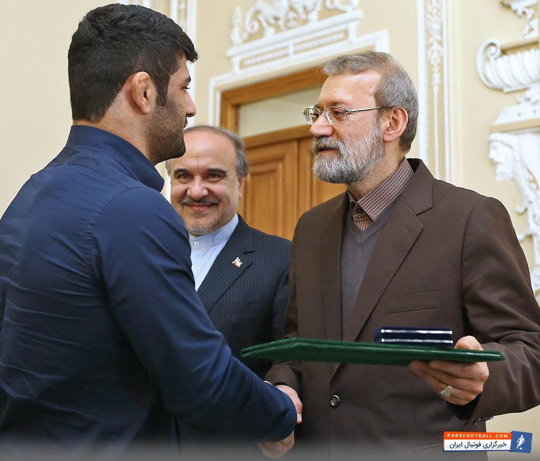 خطر تعلیق کشتی ایران موقتا رفع شد.علیرضا کریمی شش ماه و مربی او (حمیدرضا جمشیدی) به مدت دو سال از حضور در میادین کشتی محروم شدند.