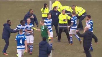 هجوم تماشاگران تیم فوتبال گو اهد ایگلز به زمین و درگیری با پلیس و بازیکنان در لیگ هلند
