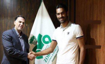 وحید محمدزاده مدافع بلند قامت ذوب آهن قراردادش را با این تیم تمدید کرد وحید محمدزاده بازیکن باتجربه و بلند قامت ذوب آهن قراردادش با این تیم را به مدت دو سال دیگر تمدید کرد.
