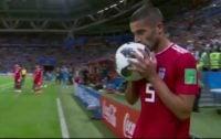 حرکت عجیب میلاد محمدی هنگام پرتاب اوت در بازی با اسپانیا