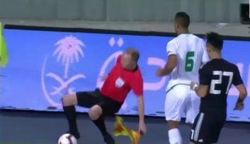 زمین خوردن جالب کمک داور در بازی آرژانتین - عراق