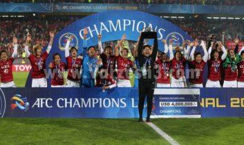 لحظه بالا بردن کاپ قهرمانی آسیا توسط بازیکنان کاشیما