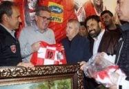 برانکو به پروین هدیه داد برانکو سرمربی تیم فوتبال پرسپولیس، به مناسبت بازی برابر پیشکسوتان، پیراهن تیم ملی کرواسی را به علی پروین هدیه داد.