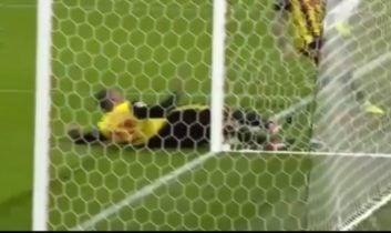 صحنه دلخراش برخورد شدید بازیکن واتفورد با تیرک دروازه در دیدار برابر چلسی