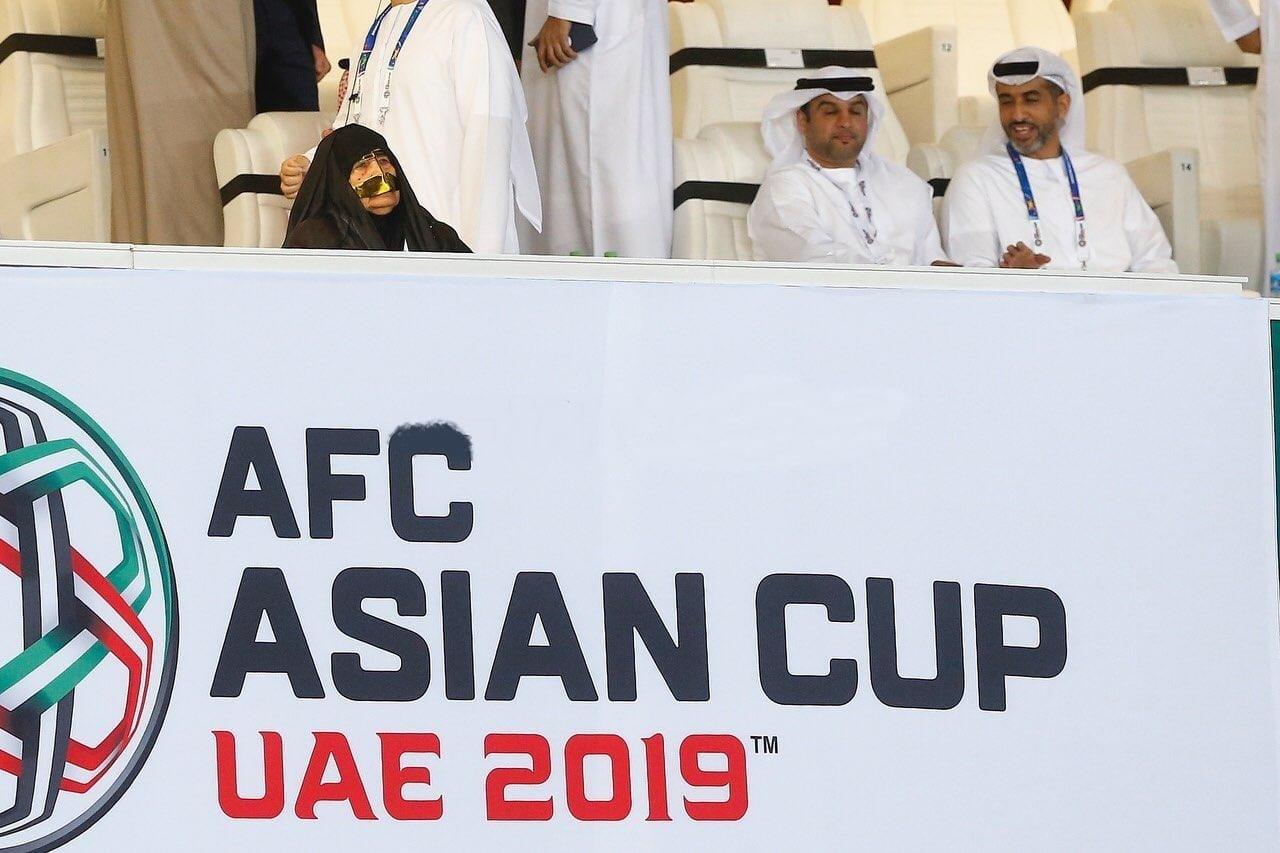 حضور یک بانوی سالخورده طرفدار تیم ملی امارات در بین تماشاگران بازی تیم ملی امارات مقابل هند مورد توجه عکاسان و رسانه های خبری قرار گرفته بود.