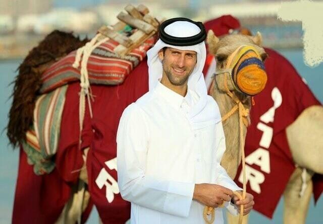 نواک جوکوویچ با لباس محلی قطر در دوحه به شتر سواری پرداخت. نواک جوکوویچ یک تنیسباز حرفهای صرب و نفر شمارهٔ یک دنیا در حال حاضر است.