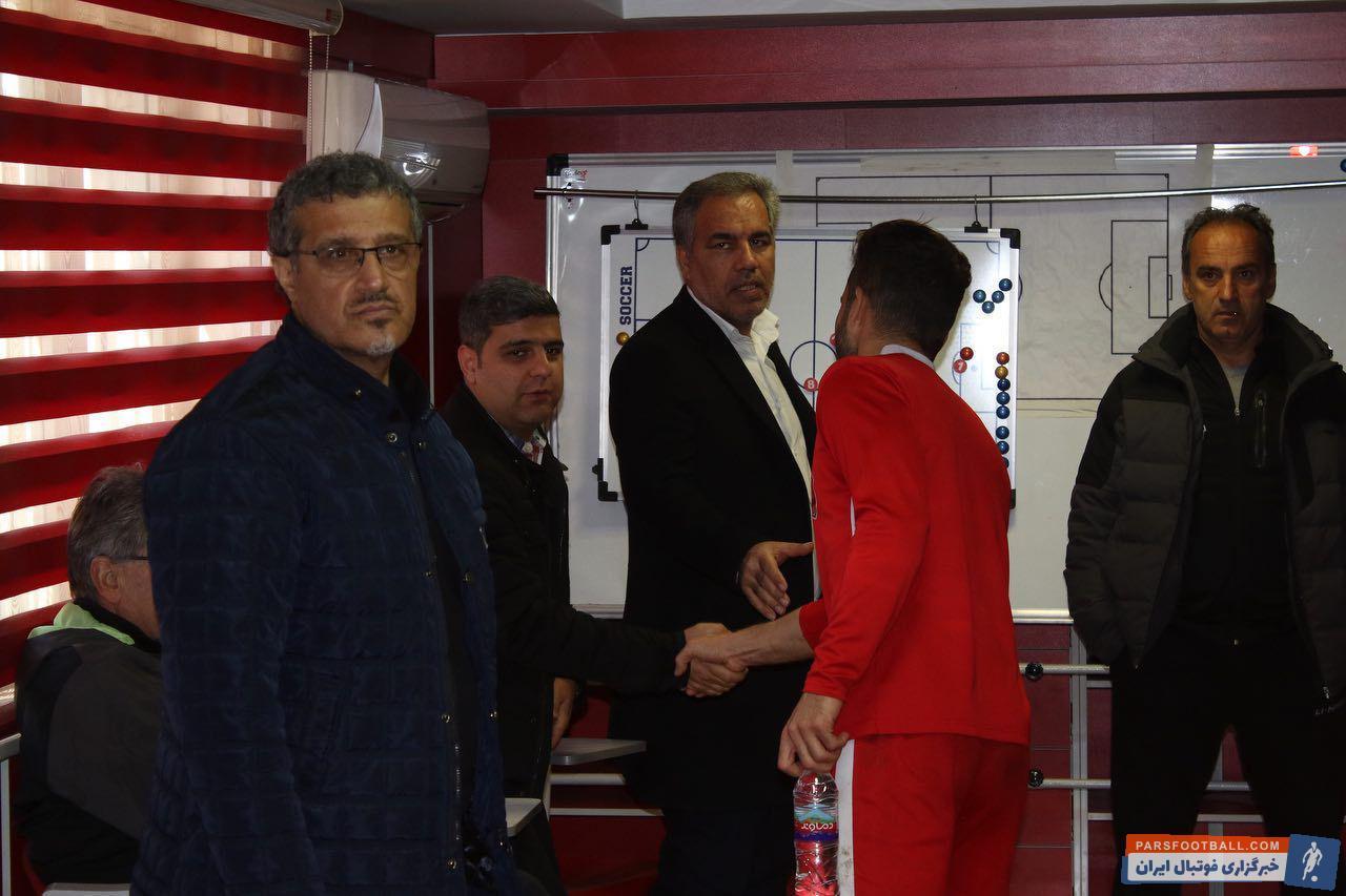 ایرج عرب مدیر باشگاه پرسپولیس در تمرین این تیم حضور یافت ایرج عرب با برانکو ایوانکوویچ نیز دقایقی صحبت کرد و در خصوص مسائل مختلف نظر او را جویا شد