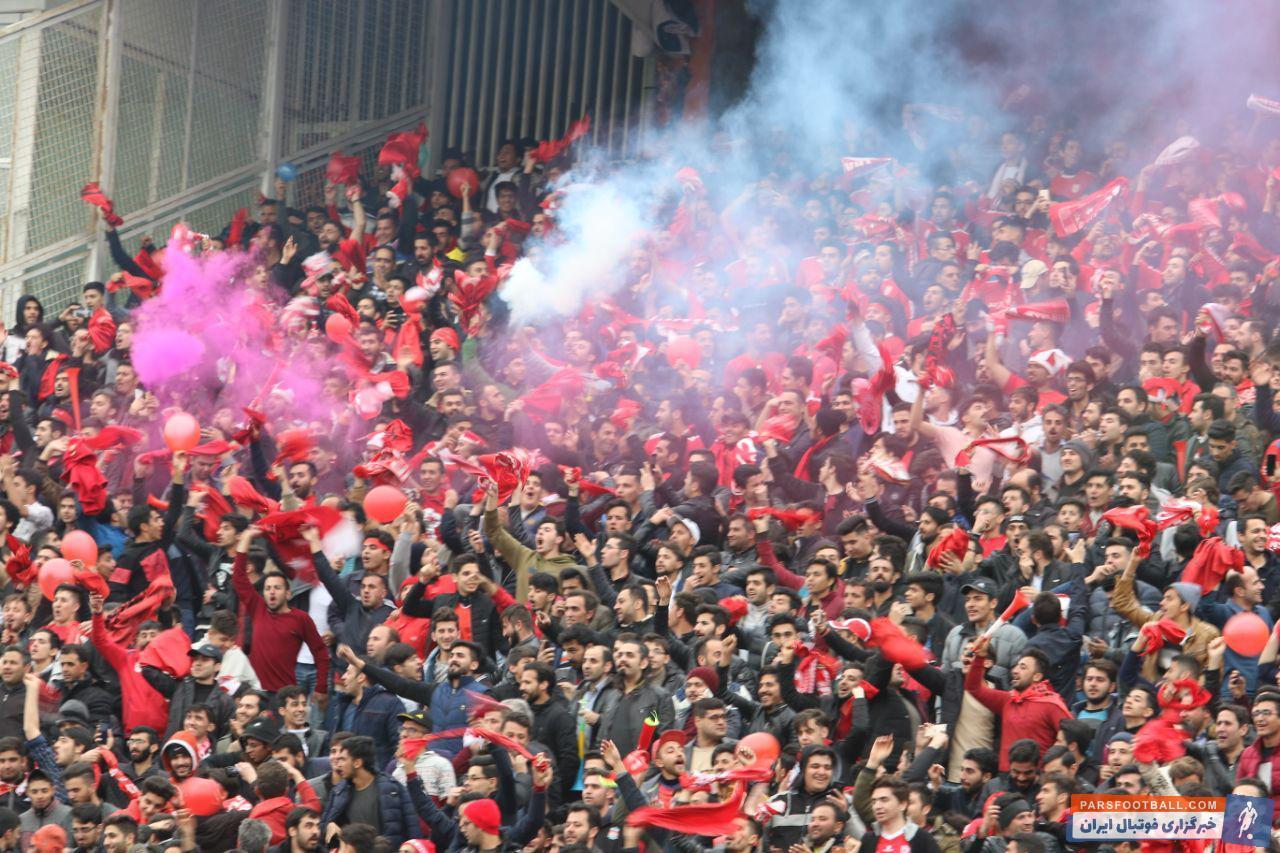طرفداران تیم تراکتورسازی تبریز در یکی از حساس ترین بازی های این فصل تراکتورسازی ، بی توجه به بازار شب عید و آخرین پنج شنبه سال، تصمیم گرفتند.