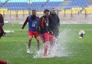 سرخپوشان پرسپولیس این روزها تمرینات خود را در ورزشگاه شهید کاظمی دنبال میکنند بارش باران در تهران باعث شد تا چمن ورزشگاه پرسپولیس به صورت باتلاق در بیاید.