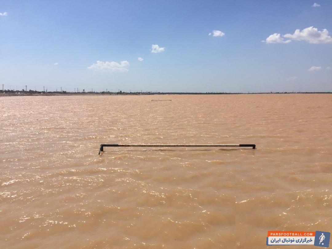 تصویری از غرق شدن زمین فوتبال در سیل خوزستان