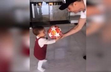 توپ بازی کردن کریستیانو رونالدو با دخترش