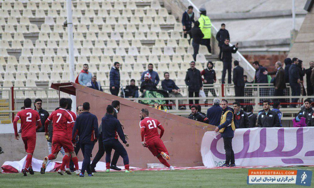 روز گذشته دیدار تیم های تراکتورسازی و پیکان با حاشیه های عجیبی همراه بود؛ اتفاقاتی بدیع که شاید برای اولین بار در فوتبال ایران رقم میخوردند.