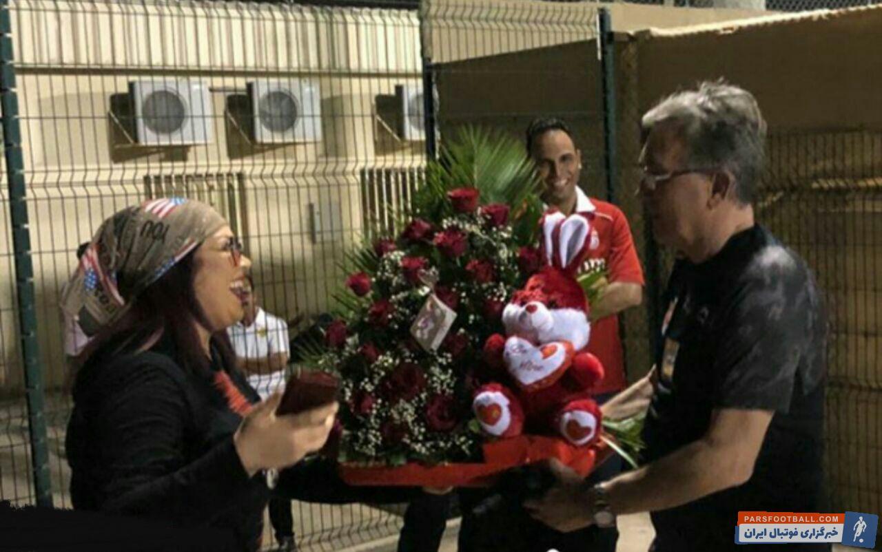 برانکو سرمربی تیم فوتبال پرسپولیس هدیه عجیبی از یک هوادار در امارات دریافت کرد یک هوادار یک دسته گل و یک عروسک خرگوش را تقدیم برانکو کرد.