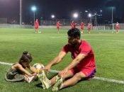 حسین ماهینی بازیکن تیم فوتبال پرسپولیس به همراه دختر خردسالش در تمرین سرخپوشان در امارات حاضر شد که تمرین او با دخترش سوژه عکاسان شد.