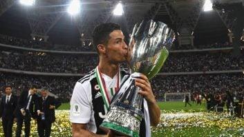 رونالدو که تابستان گذشته راهی تیم ایتالیایی شد، به نخستین مقام قهرمانی کالچو دست یافت تا رونالدو اینگونه بر جام قهرمانی سری آ بوسه بزند.