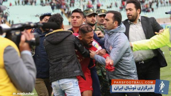 یک هوادار به مسعود شجاعی سیلی زد! در ادامه اشکان دژاگه در حمایت از شجاعی، با این هوادار درگیر شد و سرانجام ماموران دخالت کردند و این غائله پایان یافت.