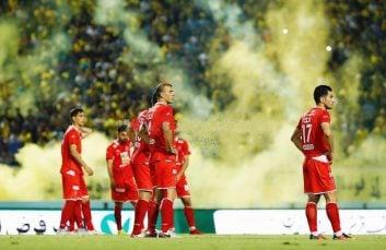 دیدار دو تیم پرسپولیس و سپاهان در نیمه نهایی جام حذفی با حاشیه های زیادی همراه بود که در این میان نقش پر رنگی به مواد محترقه اختصاص پیدا کرد.
