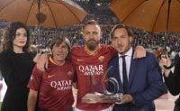 دانیله ده روسی آخرین بازیاش با پیراهن رم را انجام داد و کنار خانوادهاش و فرانچسکو توتی زمین روبهروی جایگاه تیفوسیهای رم (کوروا سود) را بوسید