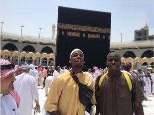 پوگبا ستاره گرانقیمت تیم منچستریونایتد مسلمان است. پوگبا با انتشار تصویرش در کنار کورت زوما در حال طواف کعبه نوشت: هیچگاه اعتقادات را فراموش نکن.