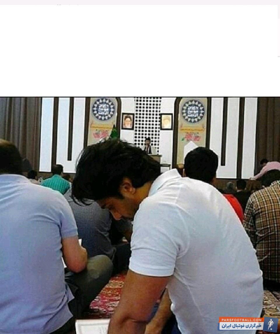 فرهاد مجیدی یکی از بزرگ ترین اسطوره های استقلال است تصویری جالب از فرهاد مجیدی در یکی از مساجد در حال خواندن قرآن در شب احیا به دست پارس فوتبال رسیده است.