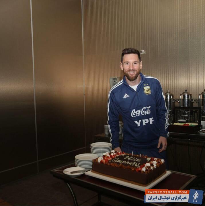 لیونل مسی دیروز (دوشنبه ۲۴ ژوئن) ۳۲ ساله شد جشن تولد 32 سالگی لیونل مسی در اردوی تیم ملی فوتبال آرژانتین برگزار شد.