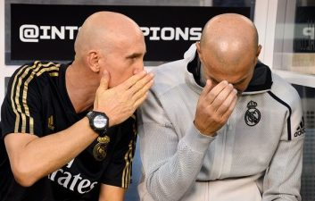 شکست 7-3 رئال مادرید مقابل اتلتیکو در دربی مادرید در نیوجرسی نشان داد که زیدان در این تیم کار دشواری در پیش دارد تصویری از چهره ناراحت زیدان می بینید.