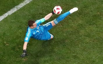 دروازه بان ؛ مهار توپ با شانس از سوی دروازه بان ها در رقابت های مختلف فوتبال جهان