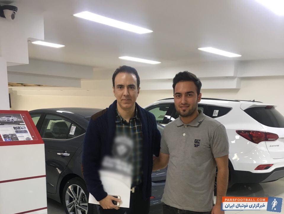 تصویری از مزدک میرزایی گزارشگر معروف ورزشی که در حال فروش خودرو اش