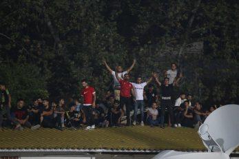 در شرایطی که بخشی از استادیوم نساجی خالی بود، تعداد زیادی از هواداران نساجی بازی امشب تیم شان برابر پیکان را از روی پشت بام خانه های اطراف تماشا می کردند.