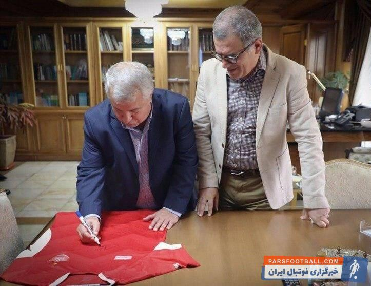 علی پروین (زاده ۳ مهر ۱۳۲۵ تهران) مشهور به سلطان، بازیکن، کاپیتان و مربی پیشین تیم ملی فوتبال ایران و باشگاه پرسپولیس تهران است.