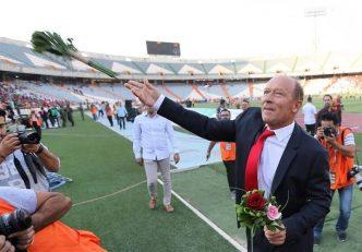 گابریل کالدرون ، سرمربی آرژانتینی پرسپولیس پیش از دیدار با پارس جنوبی به سمت هواداران رفت کالدرون شاخه گلهایی به آنها اهدا کرد.