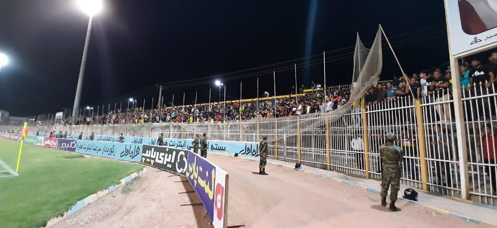 در جریان بازی روز گذشته نفت مسجدسلیمان و استقلال تهران روی سکوهای ورزشگاه شهید بهنام محمدی از سوی هواداران نفت مسجدسلیمان  اتفاق عجیبی رخ داد.