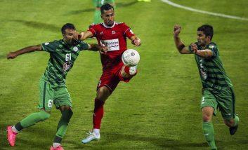 احسان حاج صفی یکی از این بازیکنان است که با نظر کادرفنی از پست مدافع چپ و هافبک میانی جدا شده و در پست وینگر راست ایفای نقش می کند.